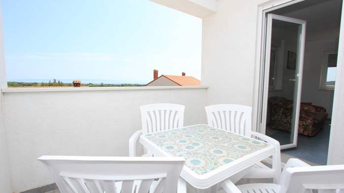 Apartment on the 1st floor with balcony and sea view, garage, 12