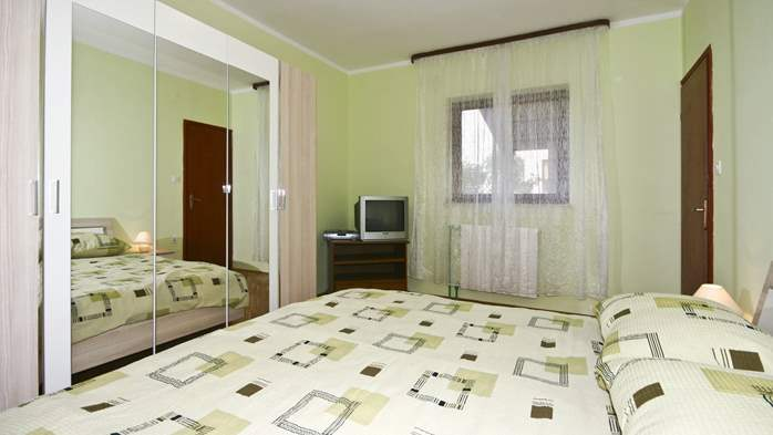 Apartment on the ground floor for 2-4 persons, SAT-TV, garden, 5