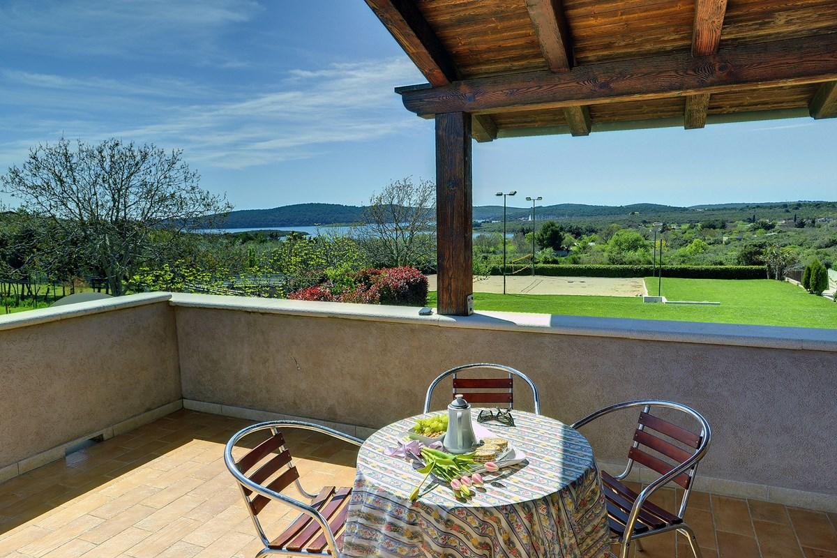 ferienhaus pomer mit terrasse oder balkon f r bis zu 8 personen mieten. Black Bedroom Furniture Sets. Home Design Ideas